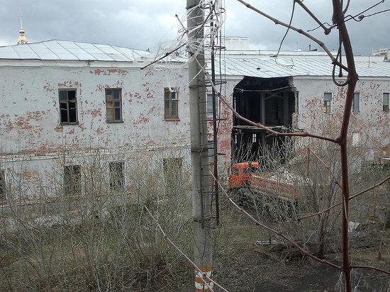 В центре Тамбова у здания бывшего военкомата рухнула двухметровая стена