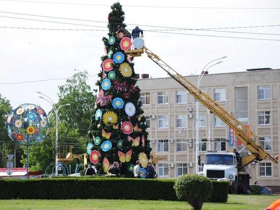 КоДню города Тамбова наКомсомольской площади установили елку