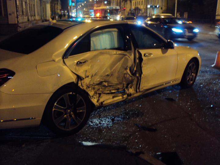 ВТамбове мощно столкнулись «Мерседес» и«Хендай», пострадала пассажирка